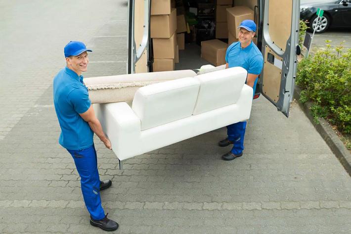 грузчики-перевозят-мебель